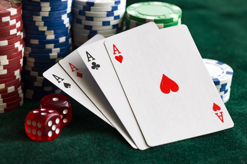 How does online poker work?